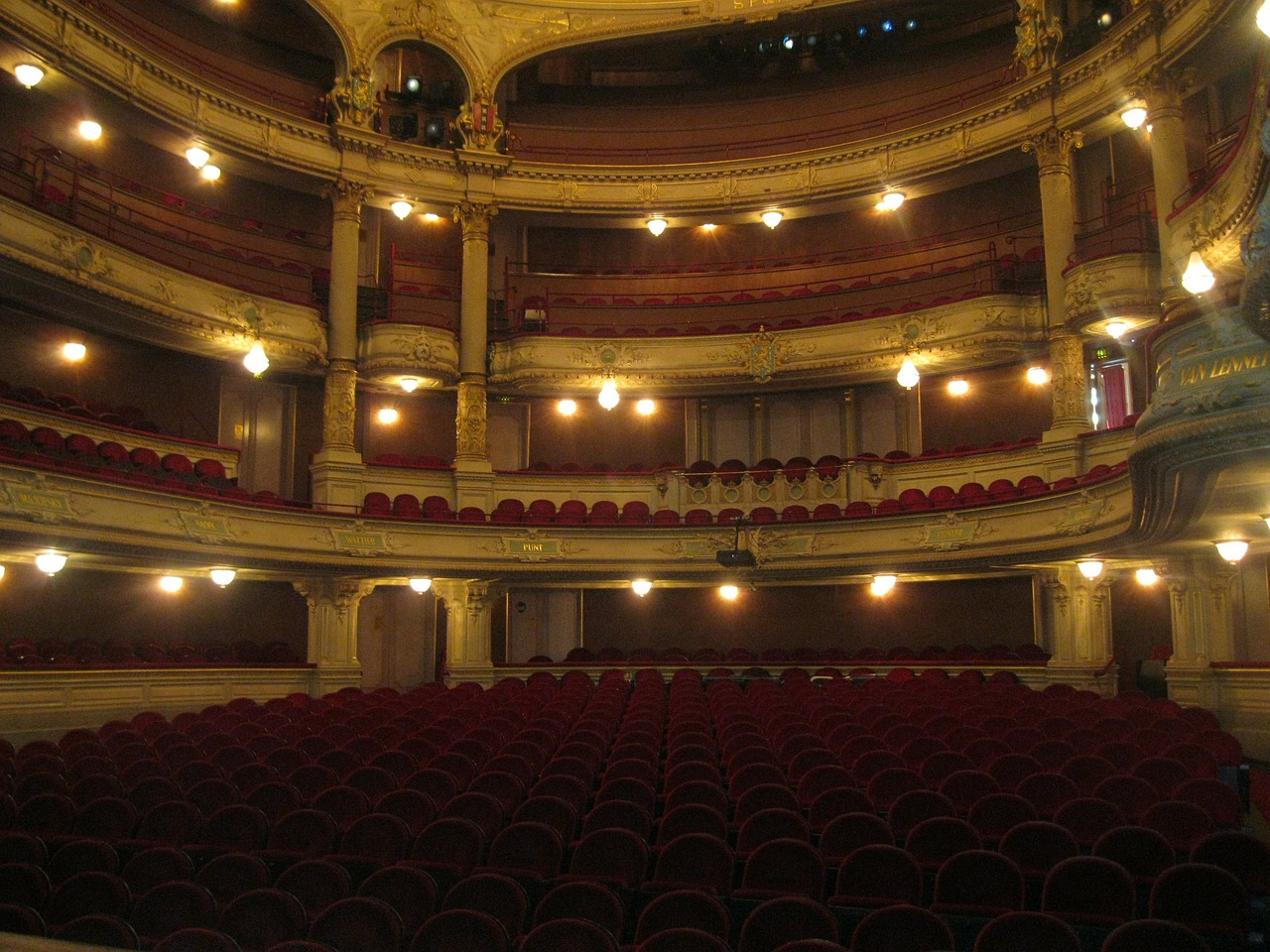 Un teatro visto dal palco degli attori
