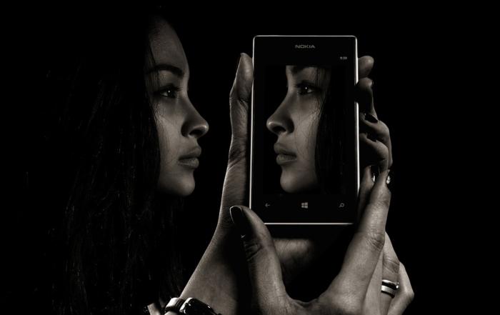 ragazza si specchia al cellulare